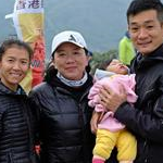 Women 20km: Liu Hong and family after the victory together with Echo Yeung