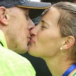 Women 50km: the kiss between Jared and Claire Tallent after the bronze of Claire