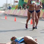 20 km women - An athlete collapsed (by Giancarlo Colombo per Fidal)